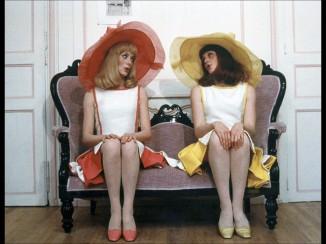Catherine-Deneuve-et-Francoise-Dorleac-delicieuses-avec-leurs-grandes-capelines_visuel_galerie2_ab