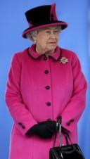 La-reine-Elisabeth-II-en-tailleur-rose-fuchsia_portrait_w674
