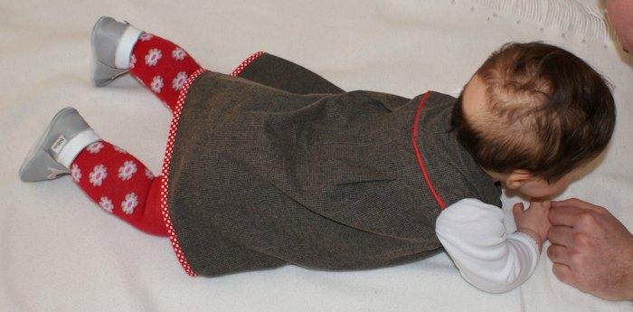 Janneke, robe pour bébé par Laissons Lucie Faire