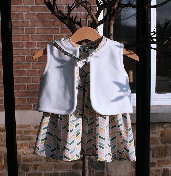 Robe froncée Les Intemporels, gilet Burda pour bébé et headband à nœud par Laissons Lucie Faire