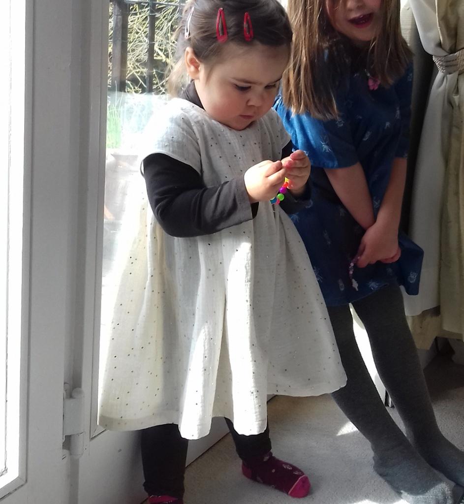 Robe Les Intemporels pour bébé en double gaze écrue à pois dorés par Laissons Lucie Faire